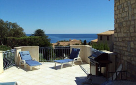 Au calme sur les hauteurs à 400 m de la plage, entre St Raphaël et Ste Maxime, maison en pierre s...