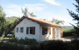Maison indépendante, à 15 km d'Albi, à la sortie du village de Marsal, au bord de la rivière. Idé...