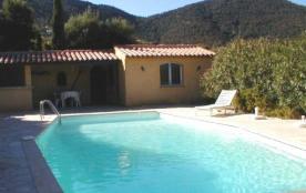 Belle villa provençale vue mer avec piscine, située à 1,7 km du centre-ville, dans un environneme...