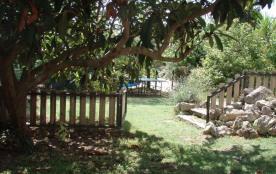 Jardin entièrement clôturé avec abri de voiture couvert et accès piscine et BQ