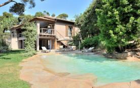 Villa Du Niel (Giens), villa contemporaine de 353 m² sur 3 niveaux les pieds dans l'eau dans prop...