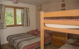 chambre rdc avec 1 lit double et 2 superposé