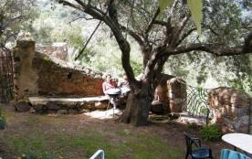 """""""Verveine"""": studio avec jardin dans vieille maison en pierre; vue et calme rares; accès piscine écologique."""