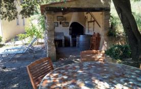 Une des terrasses et barbecue couvert