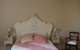 Au 1er étage, la chambre Adélaïde (1 lit double king size) aux couleurs douce...