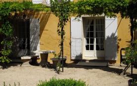 Gîtes de France - Partie sud-est du mas des propriétaires, au bord de la Sorgue, comportant 2 aut...