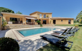 squarebreak, Large villa with a pool by the beach