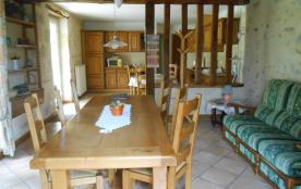salle à manger et vue de la cuisine au fond.