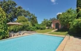 Cette très jolie villa de style provençal et sa belle piscine ensoleillée sont sur un hectare de ...