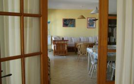 vue sur la salle à manger et le salon