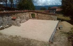 le terrain de boules avec le sable pour occuper les enfants
