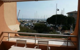 Dans une résidence de standing, face à la mer et à la plage, en bordure de Port Fréjus, studio ca...