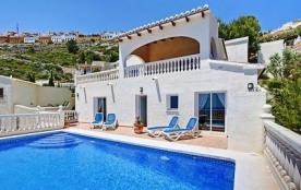 Vue exceptionnelle pour cette villa de 8 personnes située à la Cumbre del Sol entre Moraira et Ja...