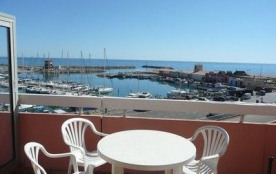 Dans quartier du port, studio 2/4 places situé au quatrième étage avec terrasse vue sur la mer et...
