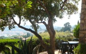 Haut de villa indépendant pour 7 vacanciers, jolie vue sur la baie de Cavalaire, 500m plage.