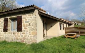 Les Lioures D gîte comprend 6 logements dans un cadre calme et proche de la rivière.