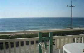 Ce superbe appartement se situe face à l'océan. Son balcon de (muni d'un salon de jardin), vous o...