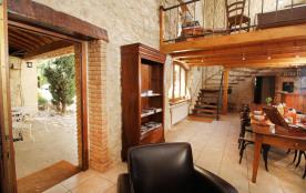 Côté salon, dans la partie la plus ancienne du mas, murs en pierre 80 à 100 cm d