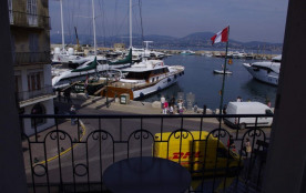 Appartement situé sur le port de Saint-Tropez. 2 pièces rénové et climatisé de 50 m² avec petit b...