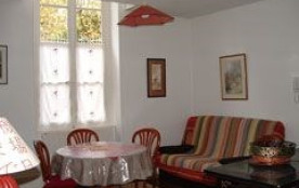 Location située en plein centre historique de la ville de Nevers, près du Palais Ducal , de la Ca...