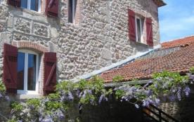En campagne, au calme, et à la fois proche du village de Satillieu, gîte en pierre sur deux nivea...