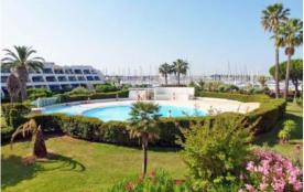 Bel appartement en rez de jardin dans immeuble avec piscine à Port Camargue, Gard, Languedoc-Roussillon, France