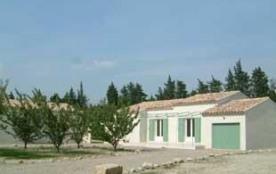 Clos Christol se compose de deux villas adjacentes neuves, mélangeant grâce et intimité dans un j...
