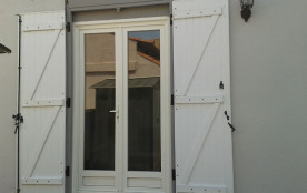 porte fenêtre à l'arrière donnant sur cour