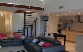 Appartement spacieux, moderne, bien situé, 2 garages privatifs.