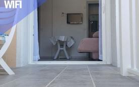 studio n°11 vue de la terrasse banquette ouverte salle de bain droite WC gauche