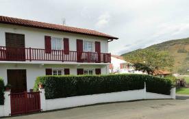 A deux pas du centre ville de St Jean Pied de Port, dans l'intérieur du Pays Basque et à 50 km de Biarritz, posez vos...