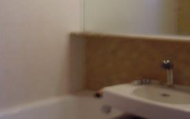 salle de bains baignoire lavabo wc placard