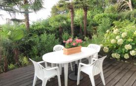 La terrasse (30 m2) avec table et chaises