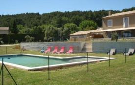 Mas Carla est une belle maison de vacances provençale de 250 m² qui se trouve à la porte de Saint...