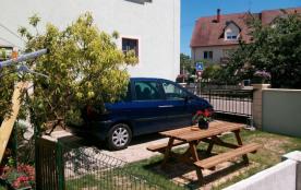 Le jardin privatif avec parking