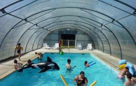 La piscine couverte et chauffée à 30 °