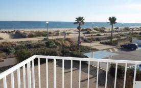 Location vacances : 2 pièces au deuxième étage avec vue mer.