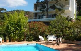 Belle villa au calme dans le bas Rayol, grand jardin arboré et clos avec piscine.