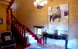 Espace petit salon , escalier vers étage chambres