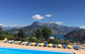 Le Camping La Viste dispose de chalets pour 5 personnes, certains avec vue sur le lac, équipés de...