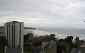 A 200 m de la plage du Val-André et 800 m des commerces appartement de 56 m² au rez-de-chaussée s...