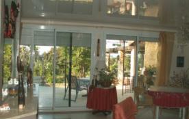 grande salle donnant sur terrasse