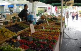 Etal d'un marché Provençal à Arles, le mercredi et samedi matin