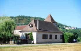 Belle location située proche de Saint Cirq Lapopie pouvant accueillir jusqu'a 14  personnes.