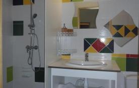 Salle de bain logement lavande blanche