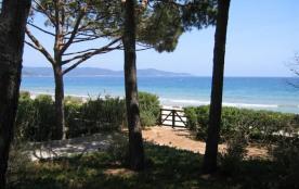 Directement sur la plage, cette villa vous ravira par son emplacement, son parc complanté de magn...