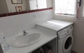 Lavabo et son meuble, miroir, lave-linge