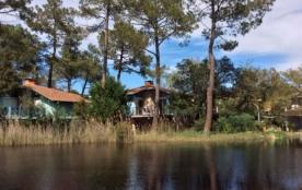 Dans petit hameau de 5 villas individuelles, en bordure directe d'un petit lac. Villa moderne con...