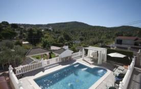 Belle villa indépendante d'environ 160 m² habitables, située dans une rue tranquille avec peu de ...