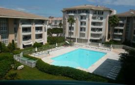 A proximité des commerces et des plages, dans une résidence récente de standing avec piscine, app...